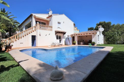 Property for sale in spain, The house have 2 floors ; on the main level is the entrance hall, 2 bedrooms, 2 bathrooms , 1 guest WC, kitchen with Utility room, living and dining area, glazed naya.